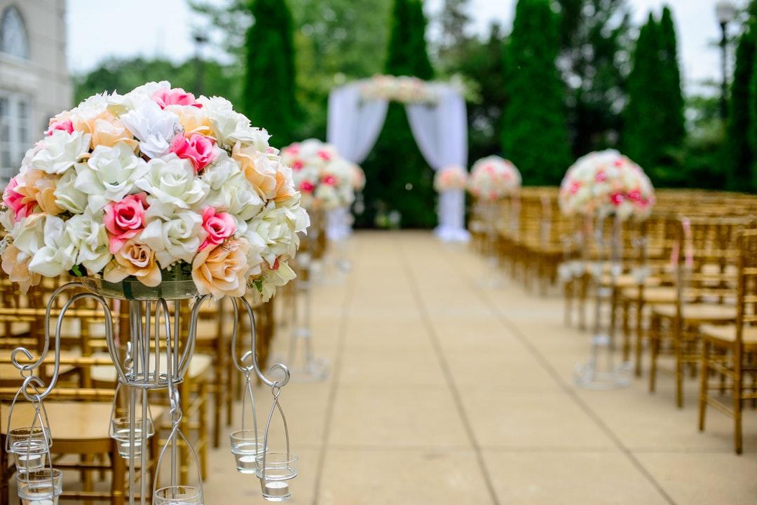 كيفية اختيار أفضل الزهور لحفل زفافكك